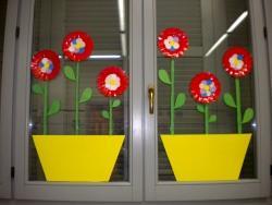 Decorazioni primavera per finestre scuola primaria for Decorare la porta dell aula